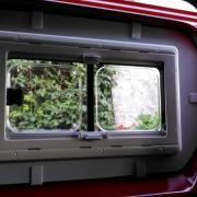 Vue de l'intérieur d'une baie coulissante seitz S4 sur Peugeot jumpy combi