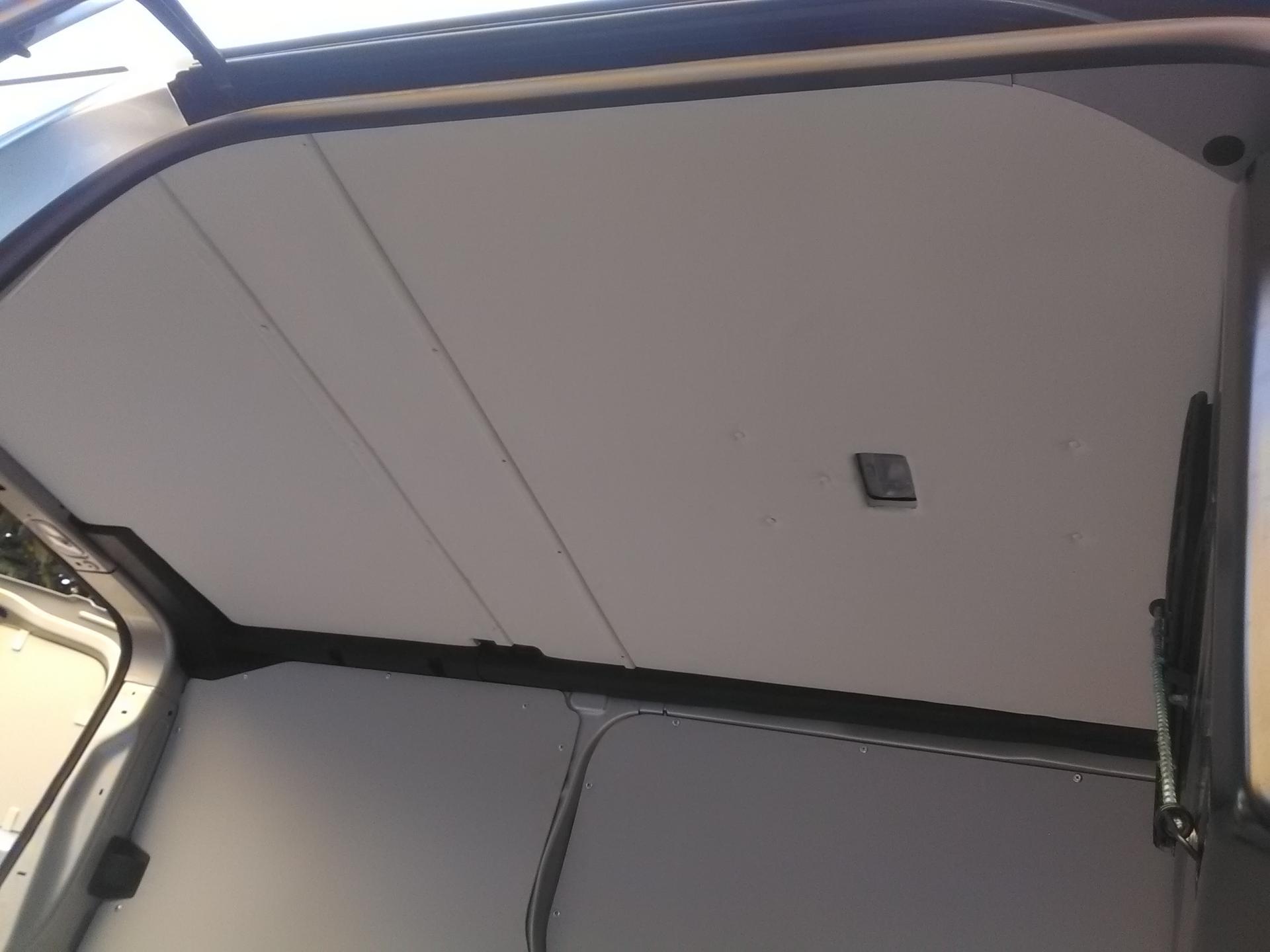 Pose d'un toit avec revêtement en simili cuir blanc sur un jumpy combi